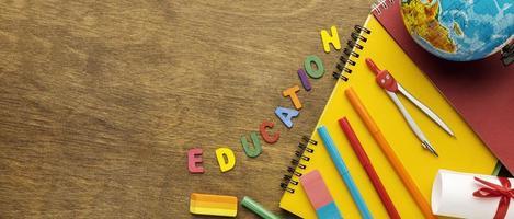 Draufsicht auf Notizbuch mit Schulmaterial foto