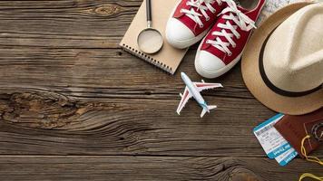 Draufsicht Travel Kit Elemente auf dem Tisch foto