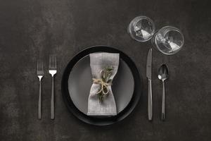 flach gedeckte Tischdekoration mit Pflanze foto