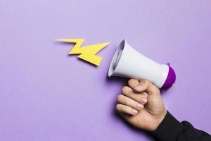 Frauenhand zeigt Machtgewitter mit Megaphon foto