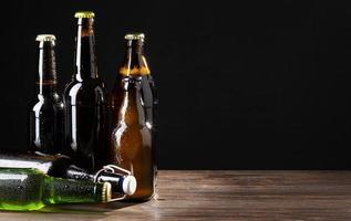 Bierflaschen auf schwarzem Hintergrund foto
