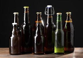 Flaschen Bier auf schwarzem Hintergrund foto