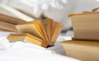 offenes Buch auf Bettlaken foto
