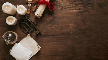 Schlüssel und Pergament in der Nähe von Kerzen auf Holzhintergrund des Kopierraums foto