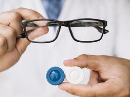 männlicher Arzt mit schwarzer Brille und Kontaktlinsen foto