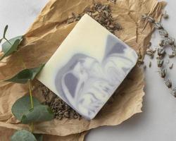 natürliche Lavendelseifenanordnung über Ansicht foto