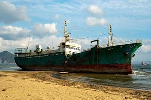 Seelandschaft mit einem gestrandeten Schiff. Nachodka, Russland foto