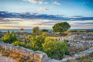 Meereslandschaft mit Blick auf die Ruinen foto