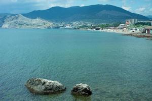 Seelandschaft mit Felsen auf dem Hintergrund des Wassers. foto