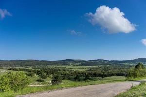 flache Landschaft mit grüner Vegetation und Straße foto