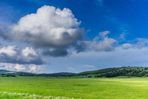 Landschaft mit weißen Wolken auf dem blauen Himmel fliegen foto