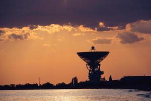 Radioteleskop r-2500 rt-70 auf dem Hintergrund eines schönen Sonnenuntergangs. foto