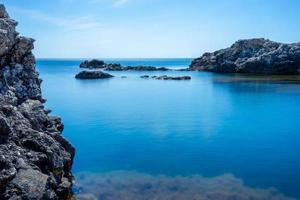 schöne Aussicht auf uns sind wir mit dem felsigen Ufer des Schwarzen Meeres foto