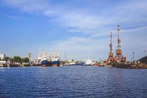 Hafen einer großen russischen Stadt mit Schiffen foto