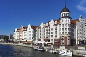 Stadt auf dem Hintergrund des blauen Himmels. foto