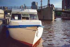 Wassertransport vor dem Hintergrund des Flusses Pregol. foto