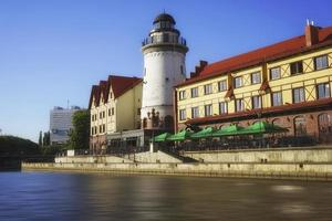 Stadtbild mit schönen Gebäuden am Fluss. foto