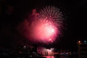 Nachtlandschaft mit Feuerwerk über der Stadt. foto