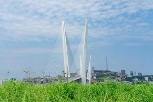 Stadtbild mit Blick auf die goldene Brücke. foto