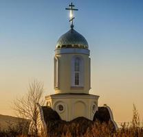goldene Kuppel der Kirche auf dem Hintergrund des Sonnenuntergangs. foto