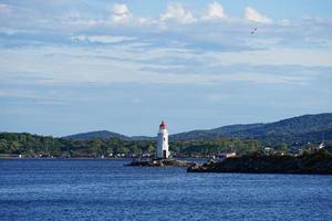 Tokarev Leuchtturm auf dem Hintergrund der Seelandschaft. foto