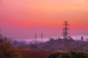 Strommasten und Landschaft am Abend bei Sonnenuntergang foto