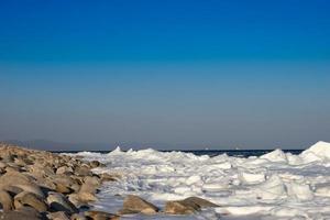 Seelandschaft mit Küste in Eis und Schnee foto