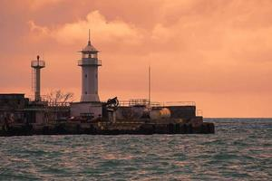 Seelandschaft mit Blick auf den Leuchtturm. foto