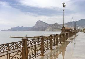Seelandschaft von der Promenade von Sudak nach dem Regen. foto