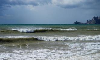 Meereslandschaft mit schönen smaragdgrünen Wellen. Sudak, Krim. foto