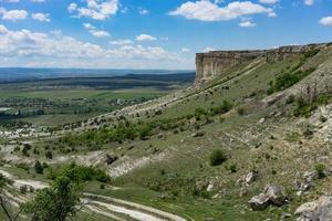 Berglandschaft mit Blick auf den Berg Ak-Kaya auf der Krim. foto