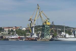 Industrielandschaft mit Kränen im Seehafen von Sewastopol foto