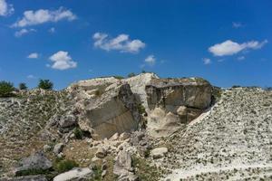 Landschaft mit weißem Felsen auf blauem Himmelhintergrund. foto