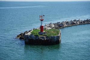 Meereslandschaft mit Blick auf den Leuchtturm und den Kormoran. foto