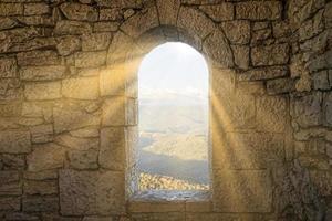 Fenster in einer Steinmauer foto