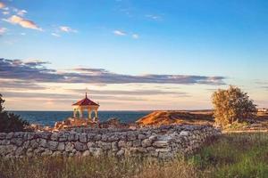 schöne Landschaft mit Sonnenuntergang und königlichem Pavillon foto