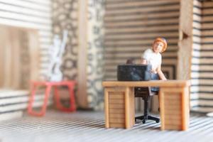 Miniatur-Geschäftsleute, die zu Hause arbeiten, um sich vor Coronaviren zu schützen, arbeiten von zu Hause aus foto