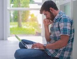 Geschäftsmann arbeitet mit einem Laptop. Konzept, online zu arbeiten und Geschäfte zu machen foto