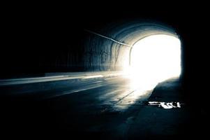 ein dunkler Tunnel mit hellen Spuren foto