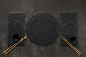 moderne Steinwaren zum Essen mit Stäbchen foto