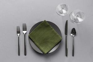 Tischdekoration mit grüner Serviette foto