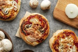hausgemachte Pizza Zusammensetzung foto