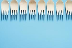 umweltfreundliche Utensilien auf blauem Hintergrund foto