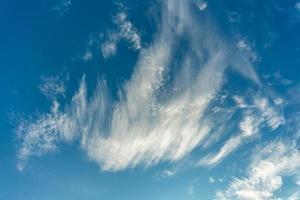 schöne Feder wie Zirruswolken auf einem sonnigen blauen Himmel foto