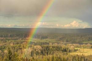 Regenbogen auf einem Feld foto