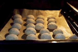 Ofen mit Keksen auf einem Backblech auf Pergament. foto