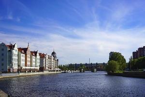 die Skyline der Stadt, der Fluss Pregolya foto