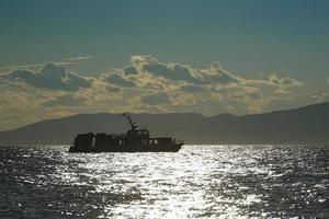 Silhouette des Schiffes gegen die Seelandschaft foto
