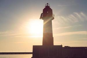 Seelandschaft bei Sonnenlicht und Hintergrundbeleuchtung. foto