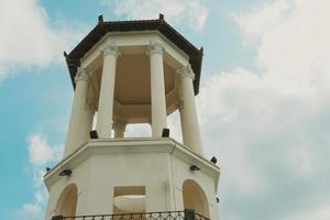 weiße Rotunde gegen einen blauen bewölkten Himmel. foto